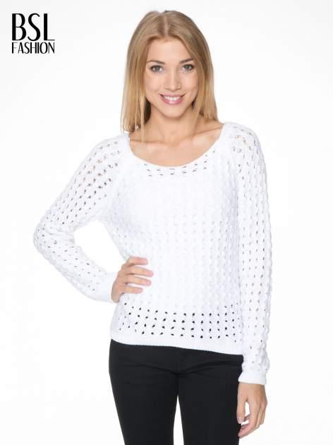 Biały dziergany sweter z ozdobnymi oczkami                                  zdj.                                  1