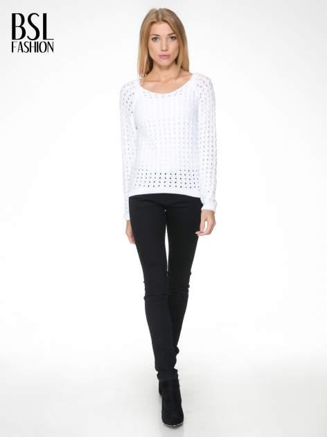 Biały dziergany sweter z ozdobnymi oczkami                                  zdj.                                  2