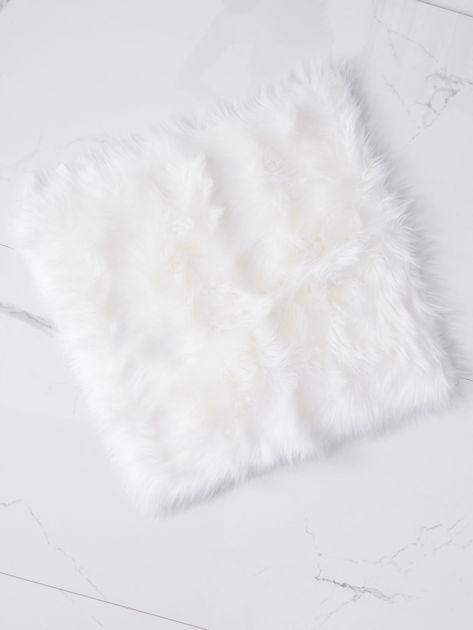 Biały futrzany dywan