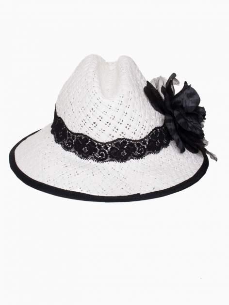 Biały kapelusz słomiany z dużym rondem i dużym kwiatem                                  zdj.                                  5