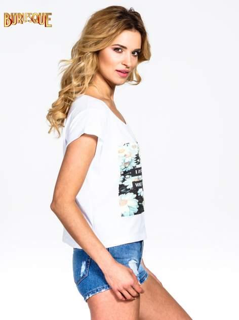 Biały krótki t-shirt z nadrukiem stokrotek i napisem                                  zdj.                                  3