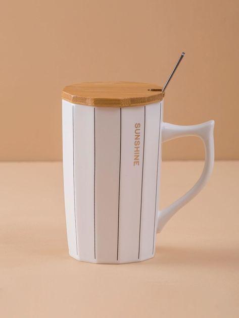 Biały kubek ceramiczny w paski