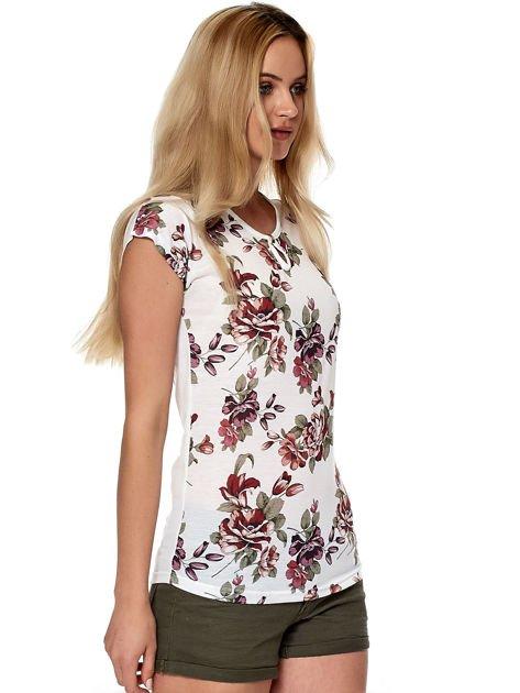Biały kwiatowy t-shirt z wycięciem przy dekolcie                              zdj.                              5