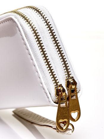 Biały lakierowany portfel z uchwytem na rękę                                  zdj.                                  4