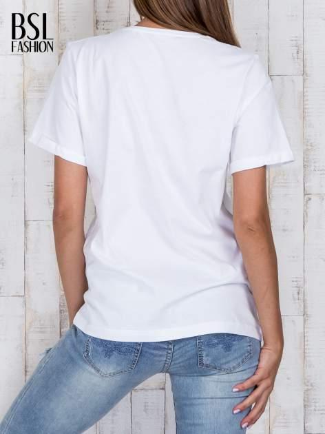 Biały luźny t-shirt klasyczny z podwiniętymi rękawami                                  zdj.                                  4