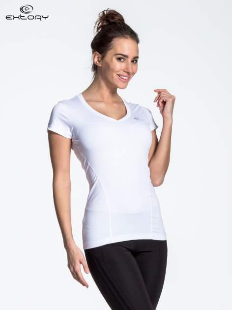 Biały modelujący t-shirt sportowy z przeszyciami                                  zdj.                                  4