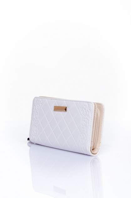 Biały pikowany portfel z kwiatowym tłoczeniem                                  zdj.                                  3
