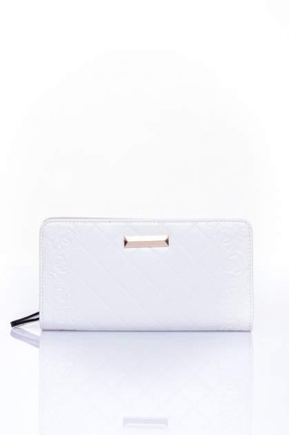 Biały pikowany portfel z kwiatowym tłoczeniem