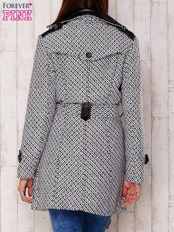 Biały płaszcz ze skórzanym kołnierzem i paskiem                                   zdj.                                  4