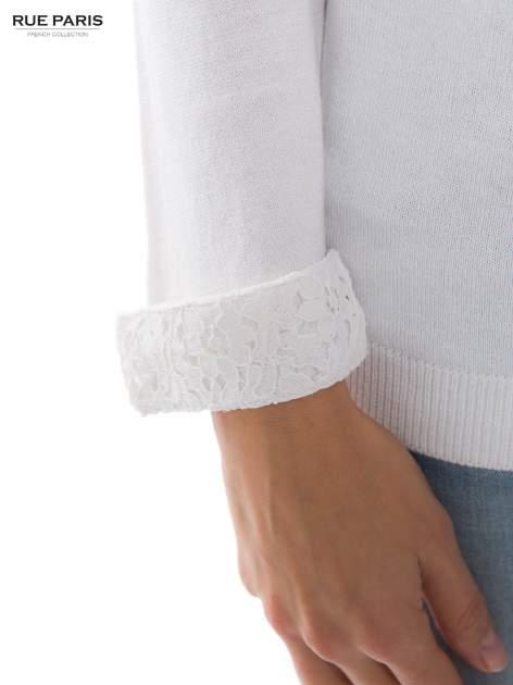 Biały sweter z długim rękawem wykończonym koronkowym mankietem                                  zdj.                                  4