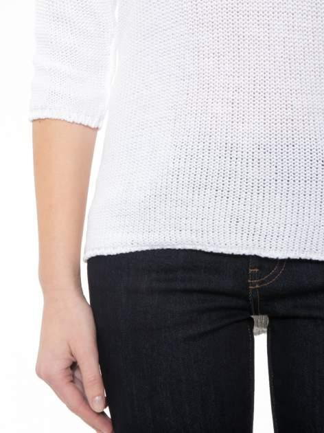Biały sweter z dłuższym tyłem i rozporkami po bokach                                  zdj.                                  6