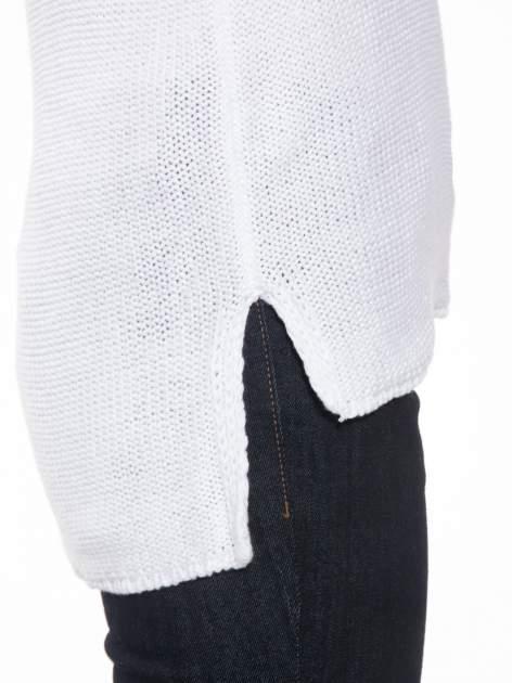 Biały sweter z dłuższym tyłem i rozporkami po bokach                                  zdj.                                  7