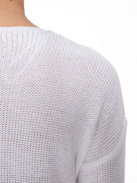Biały sweter z dłuższym tyłem i rozporkami po bokach                                  zdj.                                  8