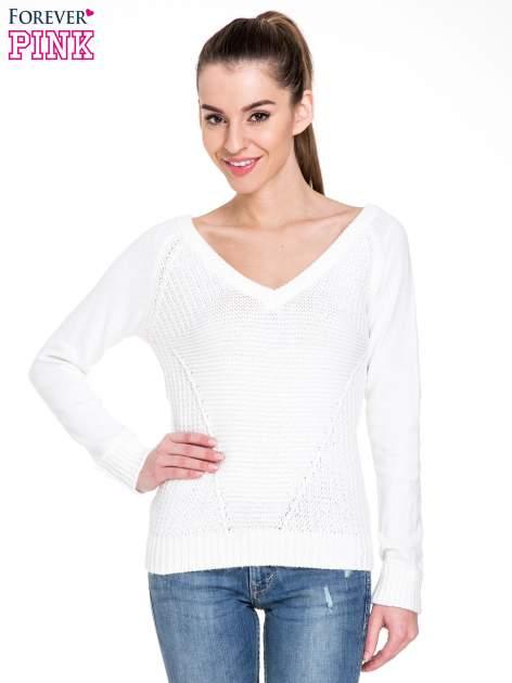 Biały sweter z dwustronnym dekoltem w serek                                  zdj.                                  1