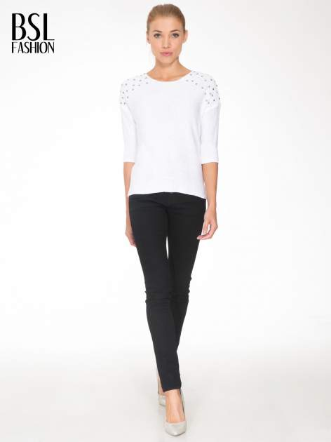 Biały sweter z dżetami przy ramionach                                  zdj.                                  2