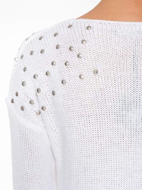 Biały sweter z dżetami przy ramionach                                  zdj.                                  8