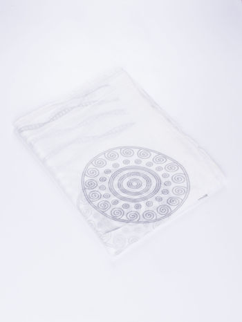 Biały szal w graficzny, organiczny wzór                                  zdj.                                  3