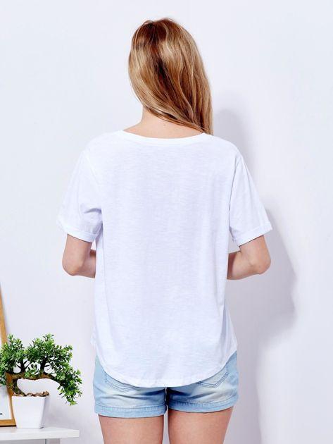 Biały t-shirt basic z podwijanymi rękawami                              zdj.                              2