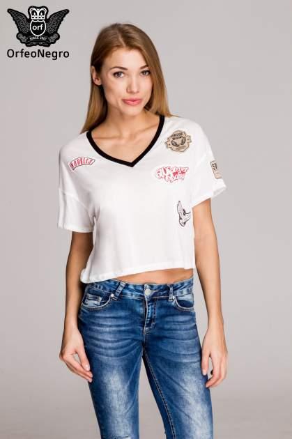 Biały t-shirt cropped naszywkami w stylu militarnym