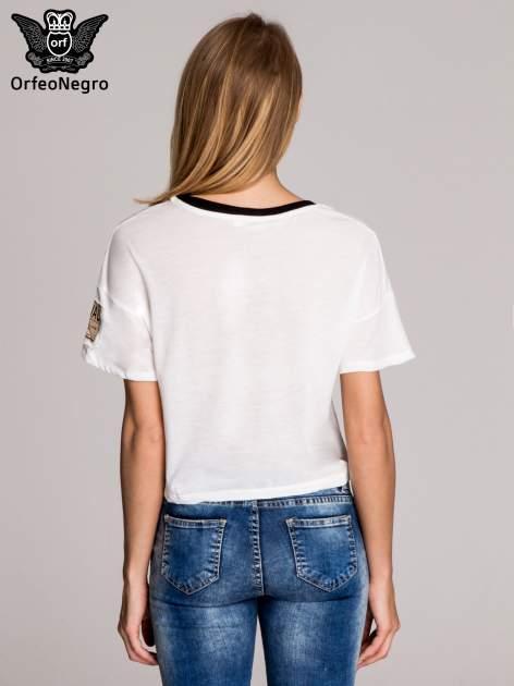 Biały t-shirt cropped naszywkami w stylu militarnym                                  zdj.                                  4