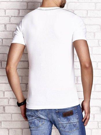 Biały t-shirt męski z nadrukiem napisu THE ROCKIES                                  zdj.                                  2