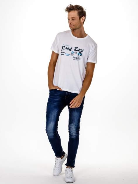 Biały t-shirt męski z wyścigowym napisem ROAD RACE                                  zdj.                                  3