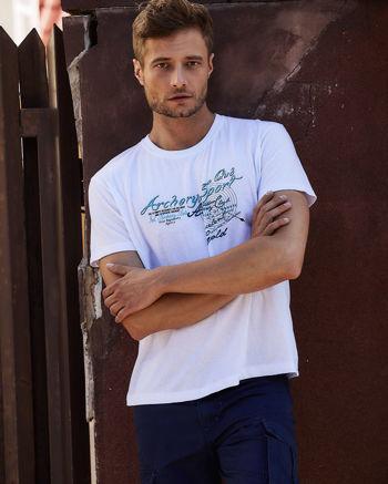 Biały t-shirt męski ze sportowym nadrukiem i napisami                                  zdj.                                  1