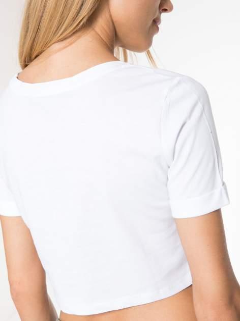 Biały t-shirt przed pępek ze złotym nadrukiem GET INTO IT                                  zdj.                                  7