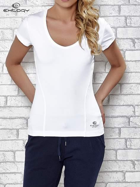 Biały t-shirt sportowy z dekoltem w lekkie V                                  zdj.                                  1