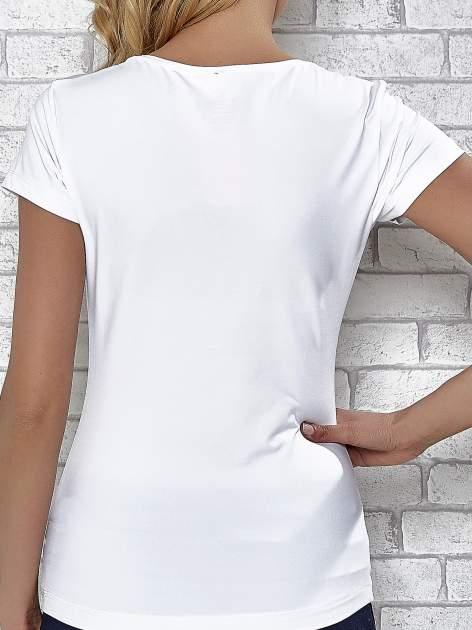Biały t-shirt sportowy z dekoltem w lekkie V                                  zdj.                                  7