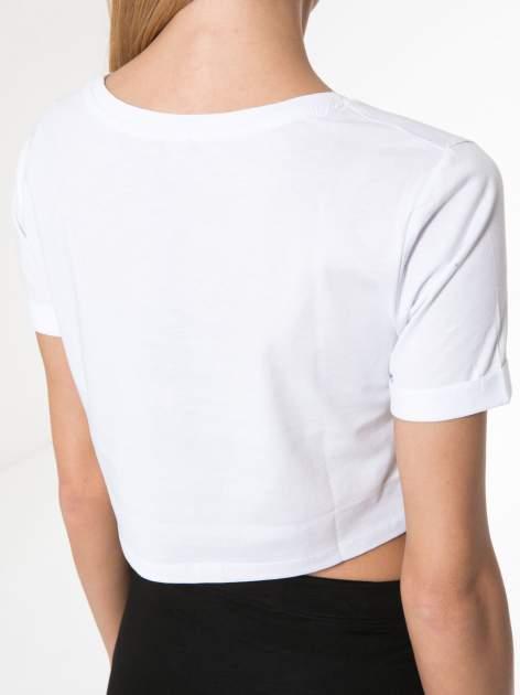 Biały t-shirt typu crop z napisem BOYS                                  zdj.                                  8