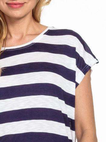 Biały t-shirt w fioletowe pasy                                  zdj.                                  5