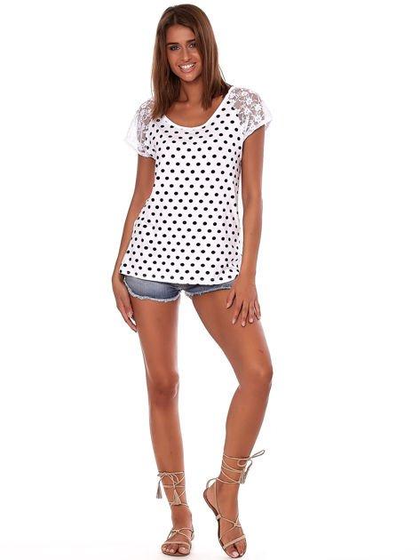 Biały t-shirt w grochy                              zdj.                              4