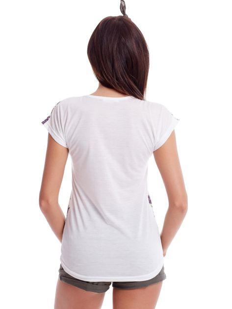Biały t-shirt w kwiatowe wzory                              zdj.                              2