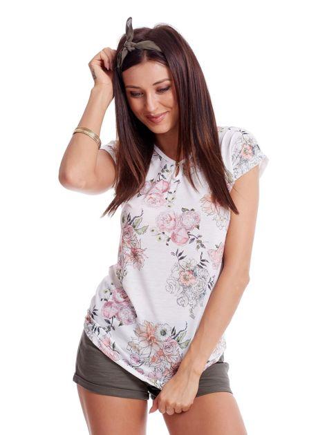 Biały t-shirt w malarskie kwiatowe desenie                              zdj.                              1