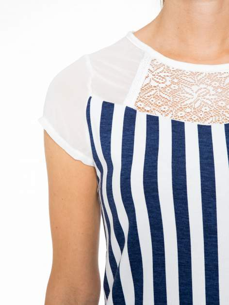 Biały t-shirt w paski z ażurowym karczkiem                                  zdj.                                  5
