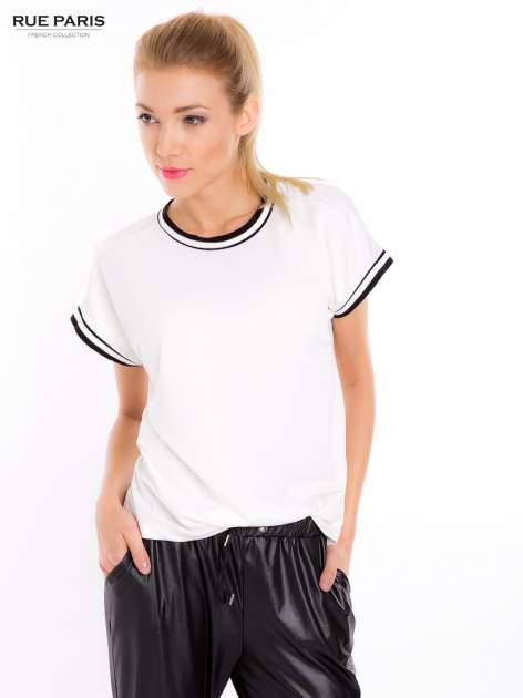 Biały t-shirt w stylu tenis chic                                  zdj.                                  2