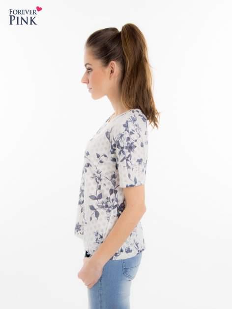 Biały t-shirt z all over floral printem                                  zdj.                                  3