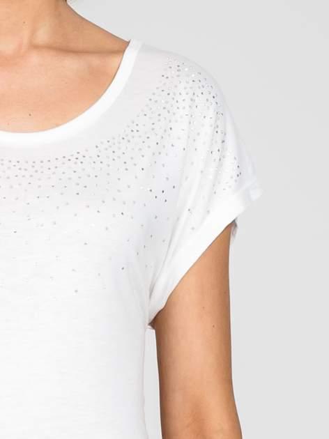 Biały t-shirt z aplikacją na dekolcie                                  zdj.                                  5