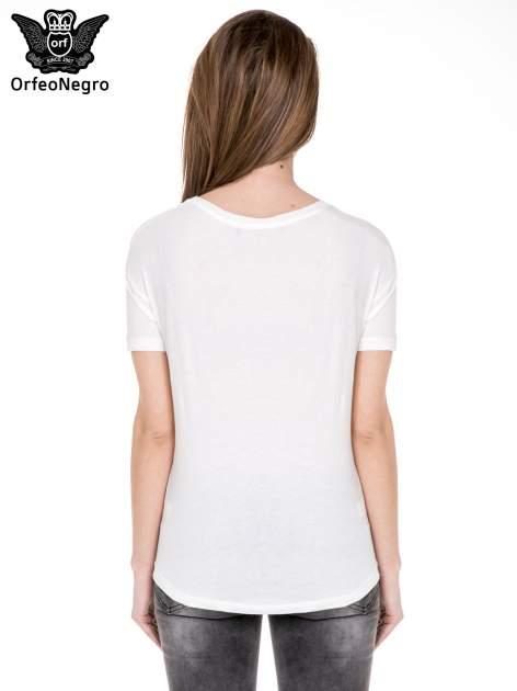 Biały t-shirt z aplikacją z cekinów                                  zdj.                                  4