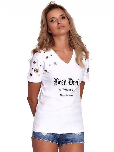 Biały t-shirt z ażurowymi kółeczkami i napisem                              zdj.                              1