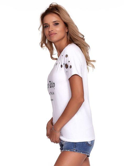 Biały t-shirt z ażurowymi kółeczkami i napisem                              zdj.                              5