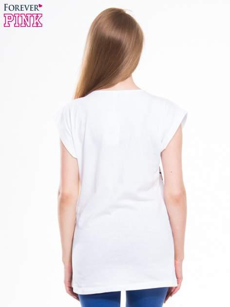 Biały t-shirt z blogerskim nadrukiem twarzy                                  zdj.                                  3