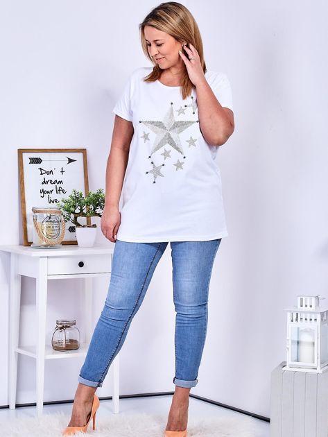 Biały t-shirt z błyszczącymi gwiazdami PLUS SIZE                              zdj.                              4