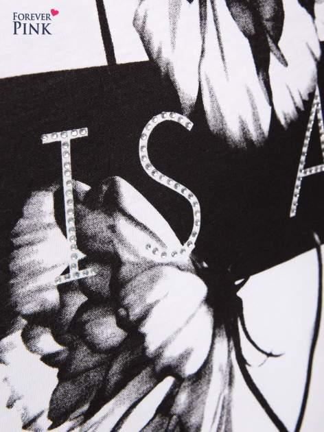 Biały t-shirt z czarnym nadrukiem                                  zdj.                                  4