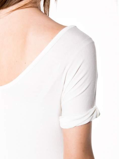 Biały t-shirt z czerwonym sercem z cekinów                                  zdj.                                  7