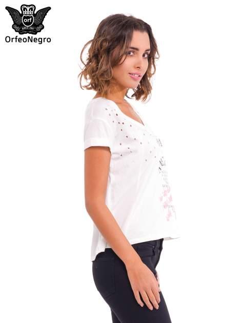 Biały t-shirt z dziurkowanym dekoltem i nadrukiem                                  zdj.                                  3