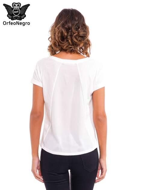Biały t-shirt z dziurkowanym dekoltem i nadrukiem                                  zdj.                                  4