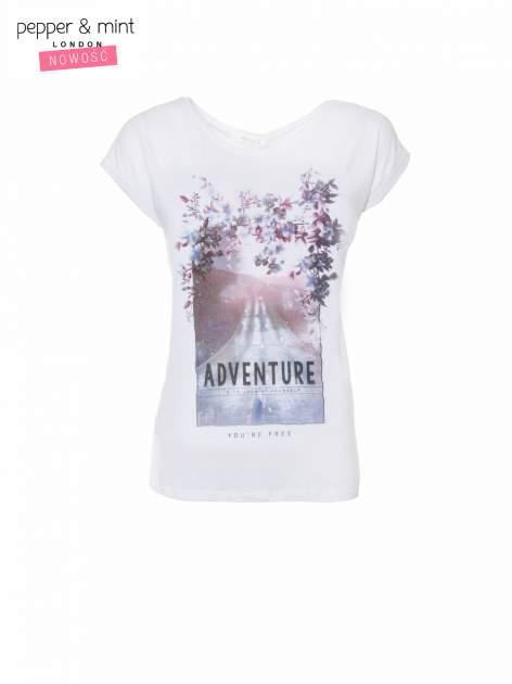 Biały t-shirt z fotografią drogi i napisem ADVENTURE                                  zdj.                                  2