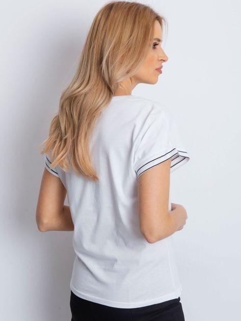 Biały t-shirt z kieszonką i naszywką                              zdj.                              2